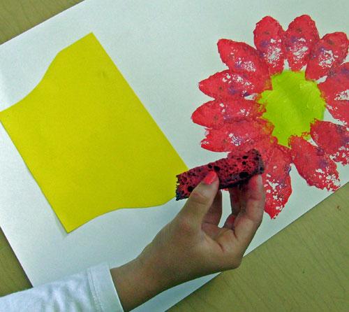 δημιουργουμε τυπωματα λουλουδιων στο νηπιαγωγειο